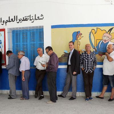 Tunisier köar för att rösta i söndagens parlamentsval.