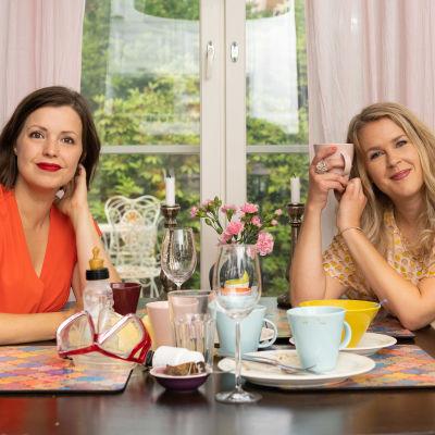 Eva Frantz och Hannah Norrena sitter vid ett köksbord.