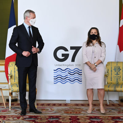 Frankrikes finansminister Bruno Le Maire och Kanadas finansminister Chrystia Freeland på G7-mötet i London.