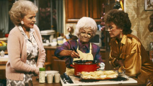 tre kvinnor vid en spis
