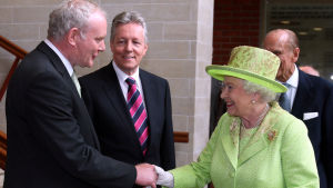 Sinn Féin-politikern och tidigare IRA-kommendören Martin MCGuinness skakar hand med Drottning Elisabeth.