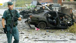 Polisen inspekterar läget efter ett bombdåd år 2007 i Durango i Baskien