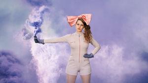 Ina Mikkola seisoo violetti värisavu kädessään