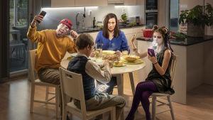 En familj vid ett matbord.