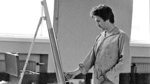 Osmo Rauhala nuorena taideopiskelijana hiilipiirtämässä