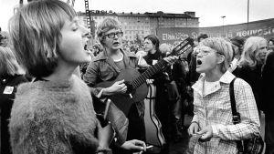 Taistolaisuus yhdistyy poliittiseen laululiikkeeseen. Keskellä Mikko Perkoila.