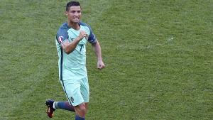 Cristiano Ronaldo är superstjärna i fotboll.