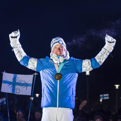 Iivo Niskanen firar OS-guldet.