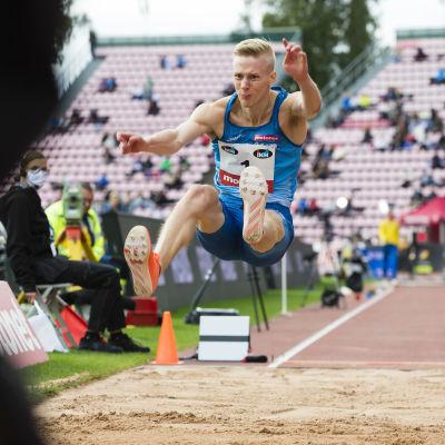Kristian Pulli hoppar längd.