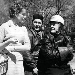 """Kotimainen elokuva """"Vääpelin kauhu"""". Näyttelijät Maija Karhi (roolinimi Liisa) sekä pärinäpoikia esittävät Leo Jokela (roolinimi Pena) ja Lasse Pöysti (roolinimi Jaska)."""