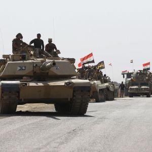 Irakiska styrkor var på väg mot peshmerga-positioner söder om Kirkuk på söndagen 16.10.2017.