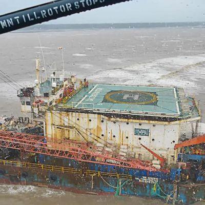 Oljepråm som lossade i cyklonen Tauktae på Indiens västkust