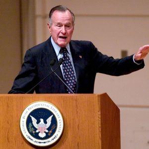 George Bush den äldre håller tal i mars 2005.