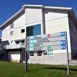 Fasaden på Raseborgs sjukhus.