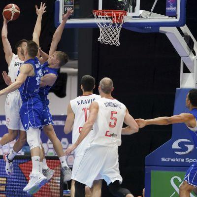 Alexander Madsen ja Elias Valtonen yrittivät pysäyttää Serbian Nemanja Dangubicin