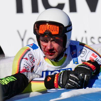 Saksalainen Romed Baumann syöksylaskun jälkeen alppihiihdon MM-kisoissa 2021.
