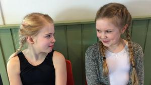 Jesica Kottelin, 10 år, och Filippa Lindfors , 9 år, uppträder på dansevenemanget Moves 2017 i Hangö.