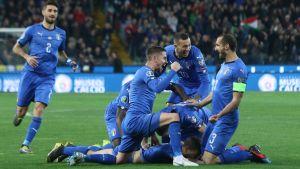 Italiens landslag jublar efter mål.