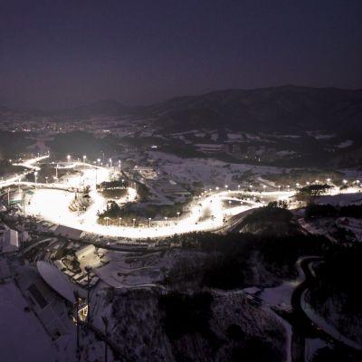 Kommande OS-skidcentret i Pyeongchang i nattmörker.