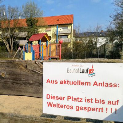 Skylt som förjuder tillträde till en lekplats i Tyskland.