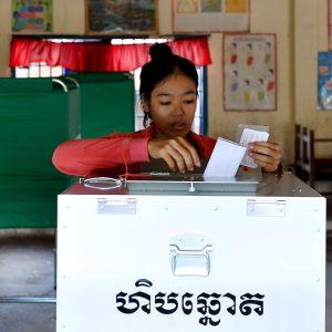 En kambodjansk kvinna röstar i en vallokal i huvudstaden Phnom Penh.
