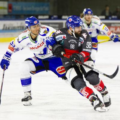 Villachers Alen Bibic (till vänster) försöker få stopp på Innsbrucks Jan Lattner.