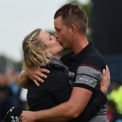 Henrik Stenson firade segern med att kyssa frun Emma Löfgren.