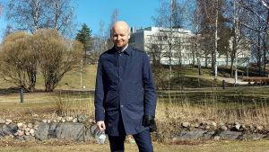 Jussi Saramo klädd i blå rock