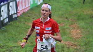 Judith Wyder orienterar för Schweiz.