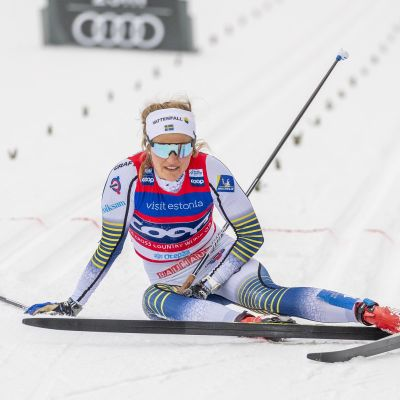 Stina Nilsson sitter i målområdet efter en världscuptävling i Otepää.