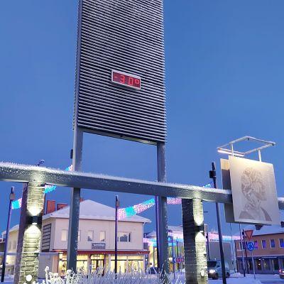 Kuusamon keskustassa on 30 astetta pakkasta kylmänä tammikuun pakkasaamuna.