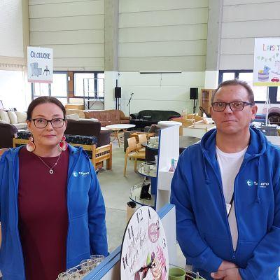 Taitamo-vastaava Kirsi Kärkäs-Vaittinen ja kierrätyskeskusvastaava Ismo Lamberg Kiertämön tiloissa Joensuun Salpakadulla.