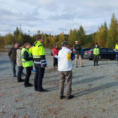 Härkinvaaran louhoksen maisemissa järjestettiin syyskuussa maastokatselmus, johon osallistui useita kyläläisiä.