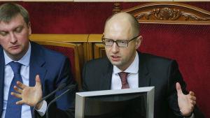 Premiräminister Arsenij Jatsenjuk talar till parlamentet i Kiev.