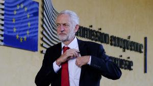 Jeremy Corbyn utanför EU-kommissionen.