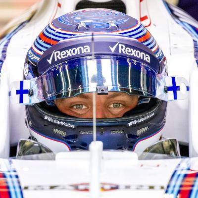 Valtteri Bottas sitter i sin Formel 1-bil.