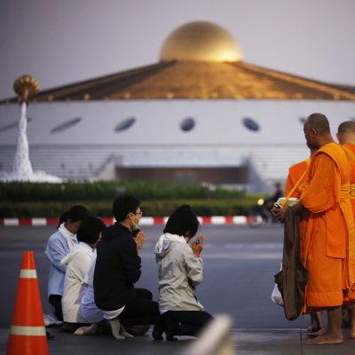 Wat Dammakaya-templet som är berömt för sin futuristiska stil ligger på ett vidsträckt område i Bangkoks utkanter