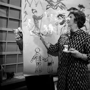 Kylli-täti Kylli Koski piirtää ja maalaa tarinaa Lasten ruutu -ohjelmassa 1960