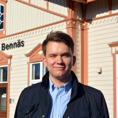 Jacob Storbjörk står framför stationshuset vid Bennäs tågstation i Pedersöre