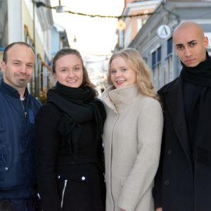 Kristoffer Holmberg, Emilia Ekström, Kreetta Kiviniemi och Markus Vestersund ute på en gata.