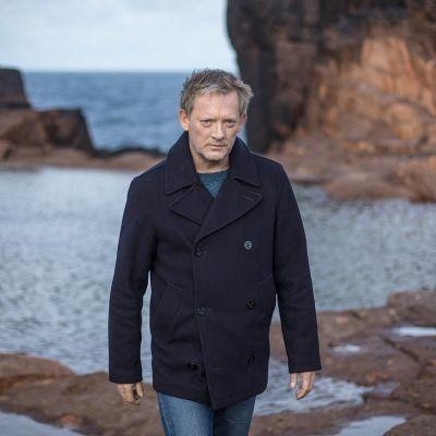 Komeisiin Shetlannin maisemiin asettunut rikostutkija Jimmy Perez jatkaa tutkimuksiaan 5. kauden jaksoissa.