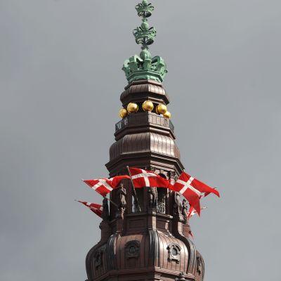 Danska flaggor vid regeringsbyggnaden i Köpenhamn.