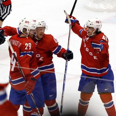 Norska landslagsspelare på isen.