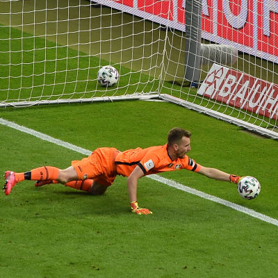 Lukas Hradecky tappar in en boll i mål.