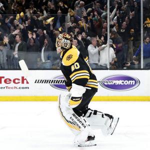 Tuukka Rask och Bostonpubliken firar segermålet.