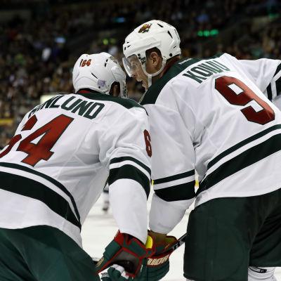 Mikael Granlund och Mikko Koivu samtalar inför en tekning i NHL.