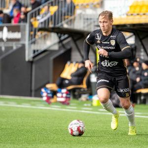 TPV:s svartklädde spelare Joonas Sundman dribblar med bollen.
