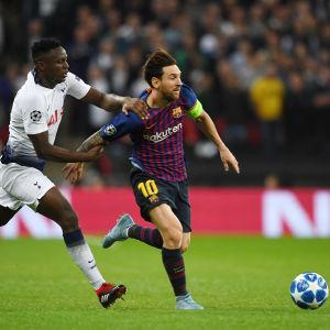 Victor Wanyama försöker stoppa Lionel Messi.