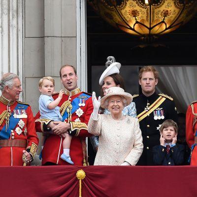 Brittiska kungafamiljen vinkar