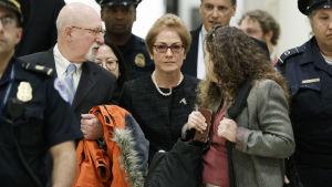 I mitten syns den amerikanska ambassadören Marie Yovanovitch.